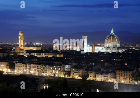 The Florentine skyline, including Florence Cathedral and the Palazzo Vecchio, at dusk, in Florence, Tuscany, Italy - Stockfoto