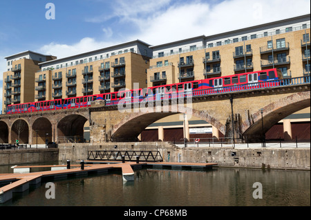 Brick viaduct carrying the Docklands Light Railway, at the Limehouse Basin, Tower Hamlets, London. - Stockfoto