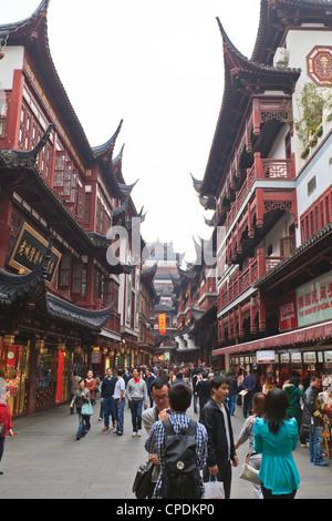 Shopping in the Yu Yuan (Yuyuan) Bazaar, Shanghai, China, Asia - Stockfoto