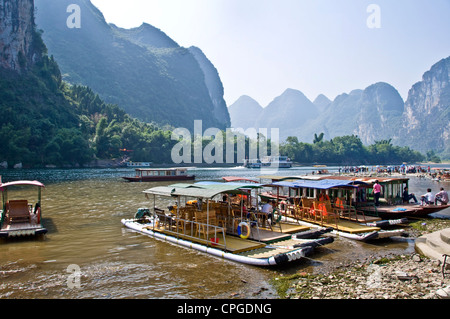 Li river between Guilin and  Yangshuo, Guangxi province - China - Stock Photo