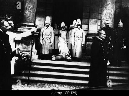 Heinrich, 24.6.1884 - 8.11.1916, Prince of Bavaria, death, carried to Theatinerkirche, Munich, November 1916, behind - Stock Photo