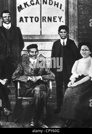 Gandhi, Mohandas Karamchand, called Mahatma, 2.10.1869 - 30.1.1948, Indian politician, full length, as attorney - Stockfoto