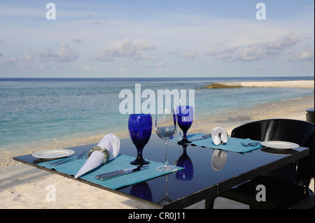 Laid table on a sandy beach on a Maldives Island, Maldives, Indian Ocean - Stockfoto