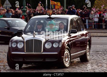 queen elizabeth ii s bentley car travelling down the royal. Black Bedroom Furniture Sets. Home Design Ideas