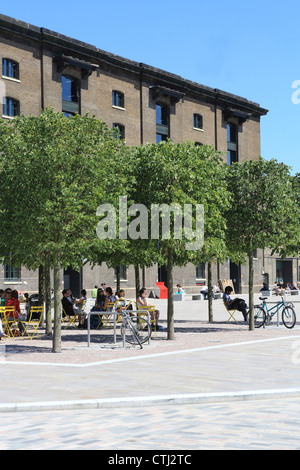 Granary Square in London NC1, in the KIng's Cross regeneration area - Stock Photo