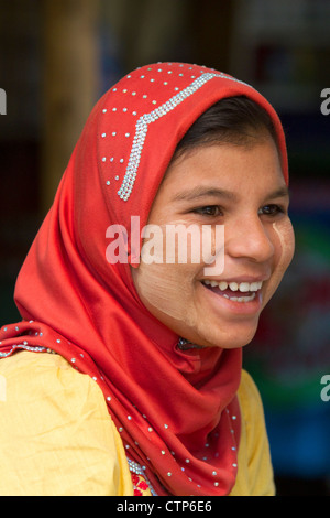 Portrait of a Burmese girl wearing thanaka on her cheeks in (Rangoon) Yangon, (Burma) Myanmar. - Stockfoto