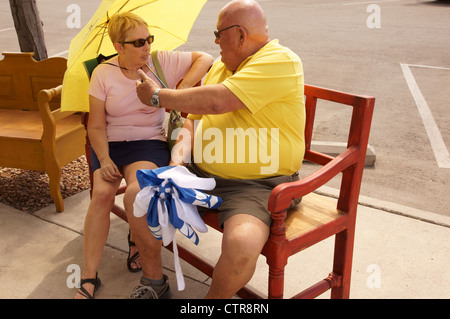 couple senior citizen aged sitting on bench talking festival fiesta festivities celebrations albuquerque ALB - Stockfoto