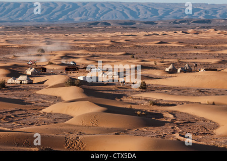 tents at a luxury desert camp in the Sahara at Erg Chigaga, Morocco - Stockfoto
