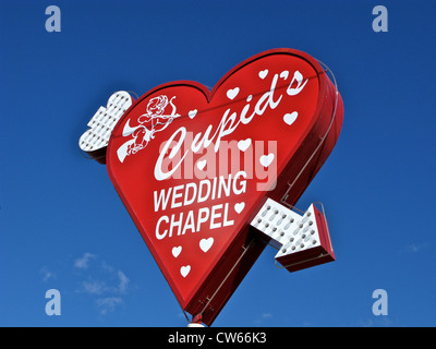 Red heart shape sign with neon arrow for Cupid's Wedding Chapel in Las Vegas Nevada USA - Stockfoto