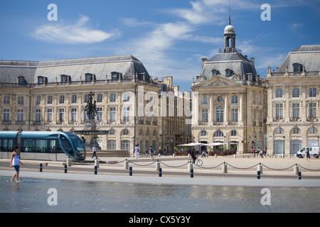 Tram by miroir d 39 eau place de la bourse bordeaux france for Miroir d eau nantes