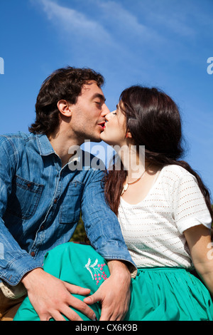 Intimate Couple on Bench - Stockfoto