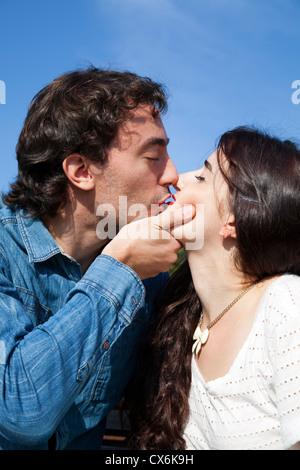 Intimate Couple on Bench - Stockfoto