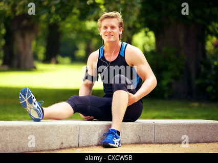 Cute athletic guy taking his break after exercise - Stockfoto