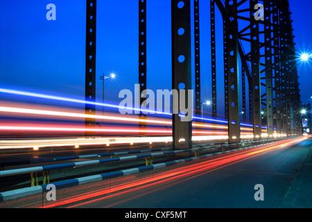 light trails on the steel bridge - Stockfoto
