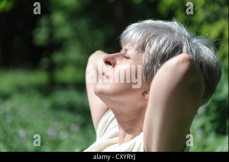 Elderly woman basking - Stockfoto