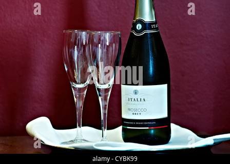 Complimentary champagne and flutes in a hotel room - Stockfoto