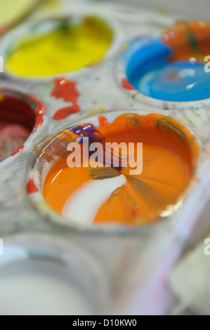 Close up of orange paint on an artists' palette - Stockfoto