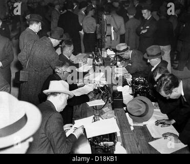 First reports of the Hindenburg disaster. Newspaper men and telegraph operators work together in the pressroom of - Stockfoto