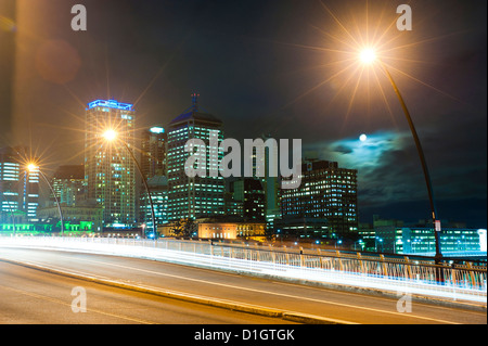 Light trails at night on the bridge from Brisbane city centre to South Bank, Brisbane, Queensland, Australia, Pacific - Stockfoto