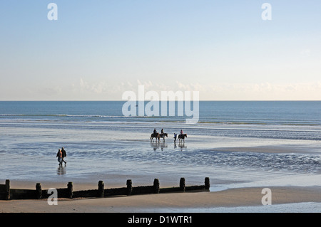 Riders and walkers on West Wittering Beach. Low tide. November. - Stockfoto