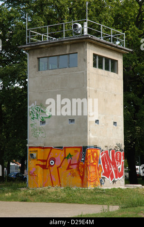Germany. Berlin. Grenzwachturm. Last remained watch tower standing at its original place. Former Border Strip of - Stockfoto