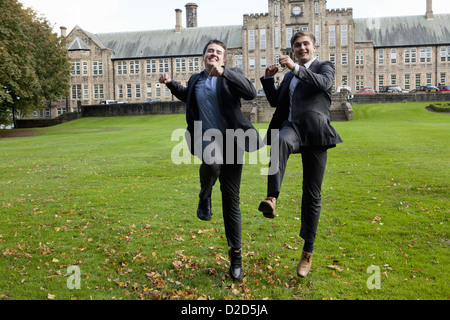Smiling students playing on campus - Stockfoto