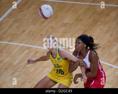 23.01.2013 London, England.  Caitlin Bassett (AUS) and Eboni Beckford Chambers (ENG) in action during the International - Stockfoto