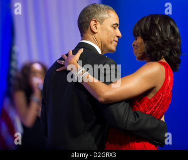 US President Barack Obama dances with first lady Michelle Obama to Jennifer Hudson at the Commander in Chief's Ball - Stockfoto