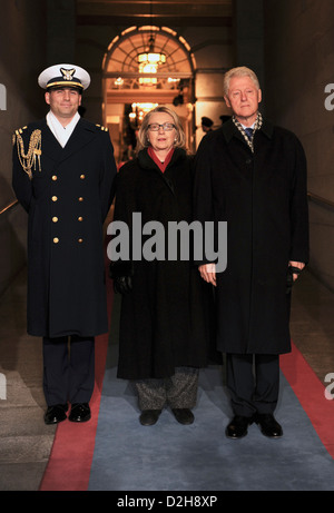 Former US President William Clinton and Secretary of State Hillary Rodham Clinton are escorted to the platform for - Stockfoto