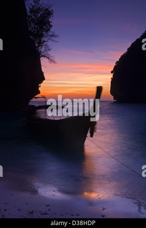 Blurred view of boat on beach - Stockfoto