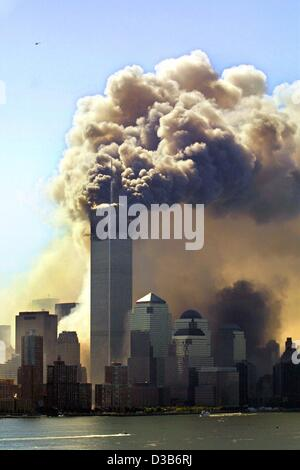 (dpa) - Clouds of smoke rise from the burning upper floors just before the second of the twin towers of the World - Stockfoto