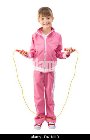 Das kleine Mädchen in einem rosa Sport Anzug springt durch ein Springseil - Stockfoto