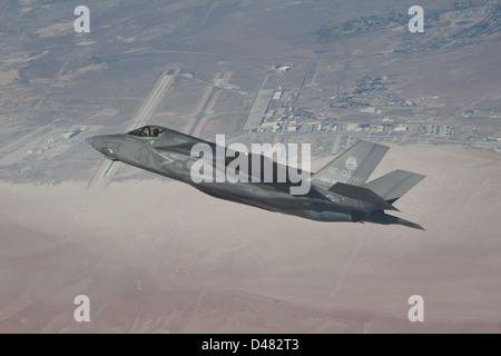 A Lockheed Martin test pilot flies BF-2 during air start testing. - Stockfoto