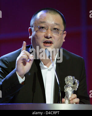 Chinese director Wang Xiaoshuai thanks for the Silver Bear for Best Script at the 58th Berlin International Film - Stockfoto