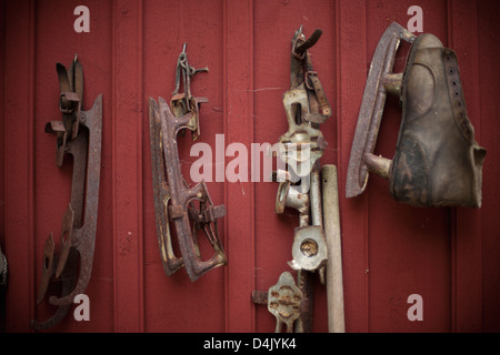 Vintage ice skates hanging from wall - Stockfoto