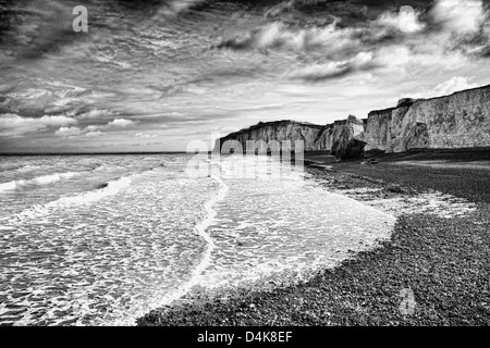 Waves washing up on rocky beach - Stockfoto