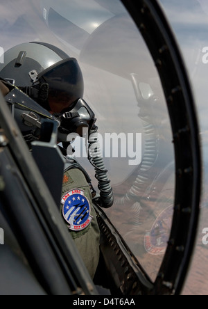 An F-16 pilot checks the position of his wingman during a test mission. - Stockfoto