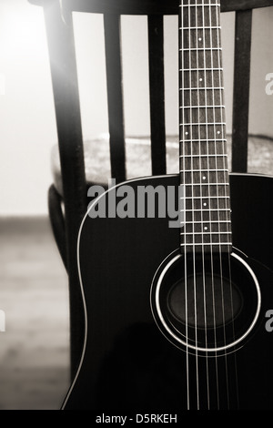 Monochrome image, acoustic guitar - Stockfoto