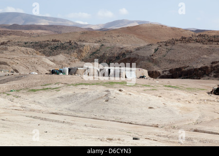 Bedouin tent in Jordan, a dry place of living for a nomadic people - Stockfoto