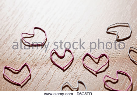 Paper clips table in heart shape close up - Stockfoto