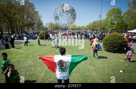 New York, USA. 5th May 2013. Giovanni Intzin with a Mexican Flag during the Cinco de Mayo observance and festival, - Stockfoto