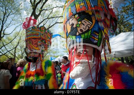 New York, USA. 5th May 2013. Chinelos de Morelos as part of the Cinco de Mayo observance and festival, Flushing - Stockfoto