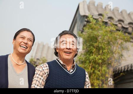 Gerne älteres paar walking im Freien durch traditionelles Gebäude in Peking - Stockfoto