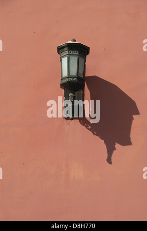 Lamp on the red walls of the Forbidden City, Beijing, China - Stockfoto