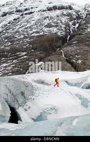 A man walking on Breidamerkurjokull Glacier, Iceland - Stockfoto