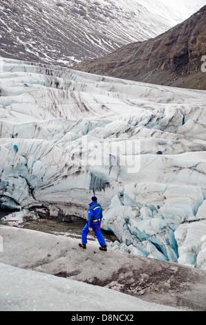 Man walking on Breidamerkurjokull Glacier, Iceland - Stockfoto