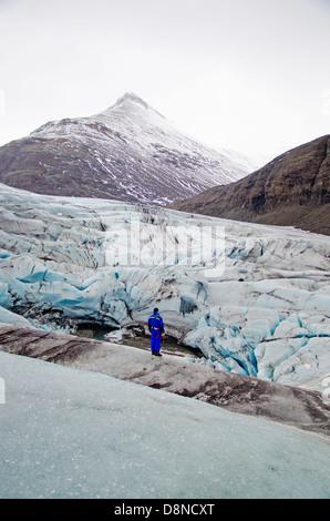 Man standing on Breidamerkurjokull Glacier, Iceland - Stockfoto