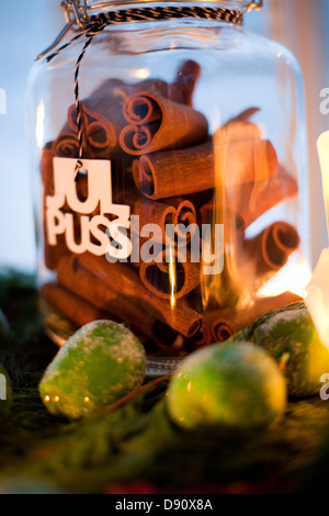 Close up of cinnamon in jar - Stockfoto
