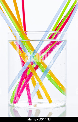 Colorful drinking straws in glass of water - Stockfoto
