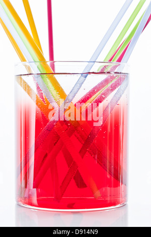 Colorful drinking straws in glass of lemonade - Stockfoto